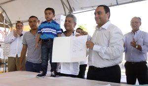 Encabeza el gobernador la entrega de 500 escrituras a familias quintanarroenses
