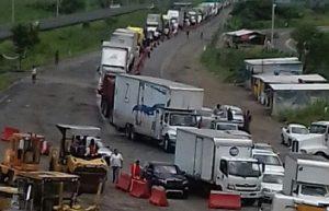 Alumnos del Tec de la Venta bloquean entrada al Sureste