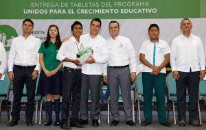Entrega el gobernador Alejandro Moreno Cárdenas, computablets a mil 481 campechanos de excelencia
