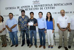Entrega Ayuntamiento de Centro apoyos económicos a jóvenes deportistas