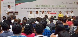 Entrega Alejandro Moreno reconocimiento por trayectoria a 171 maestros campechanos