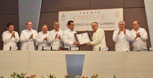 Entrega el gobernador Alejandro Moreno Cárdenas el premio Campeche 2016 al Doctor Álvarez Cambras