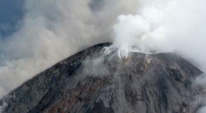 Sobrevuelo y monitoreo sísmico permanente en torno al volcán de Colima
