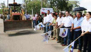 Da Gaudiano banderazo a pavimentación de circuito La Gloria, en Lázaro Cárdenas 2da sección