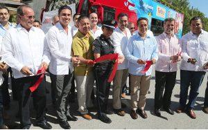 Inauguran Carlos Joaquín y Remberto Estrada primer recorrido del Turibús en Cancún