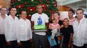 Reciben al pasajero numero 21 millones Carlos Joaquín y Remberto Estrada en Cancún