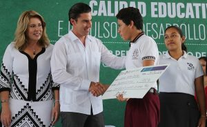 Entrega Remberto estrada apoyos económicos a más de 2 mil 600 jóvenes estudiantes en BJ