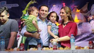 El alcalde Mauricio Vila, participa en el corte de la tradicional mega-rosca de Reyes