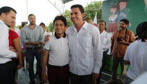 Entrega Remberto Estrada más de 13 mil apoyos a estudiantes de Benito Juárez