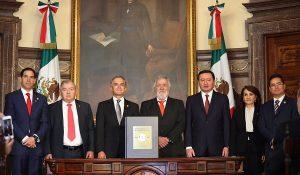 Recibe Mancera la primera Constitución de la CDMX para publicación en gaceta oficial