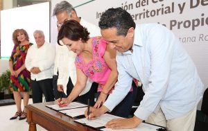Recibe el Gobernador Carlos Joaquín títulos del Canal de Zaragoza Norte y Sur