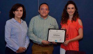Christelle Castañón de Moreno entrega constancia a personal que participo en diplomados virtuales