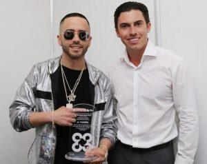 Remberto Estrada entrega reconocimiento a Yandel, por su participación en Carnaval Cancún