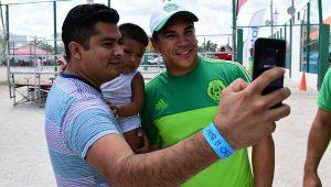 Disfruta Alejandro Moreno Cárdenas Playa Bonita, saluda a turistas y campechanos