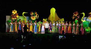 Coloca Núñez y su esposa a las 17 embajadoras sus bandas para la Feria Tabasco 2017