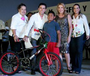 Con alegría y buenas noticas, Remberto Estrada celebra a las madres bonfileñas