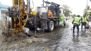 El Ayuntamiento de Benito Juárez mantiene limpios pozos de absorción y alcantarillas