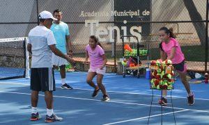 Tiene Academia Municipal de Tenis buena aceptación por parte de padres de familia y niños