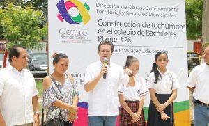 Apoya Centro a plantel 26 del Cobatab con techumbre y rehabilitación de la cancha deportiva