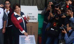 Delfina Gómez emite su voto en una casilla a dos calles de su casa