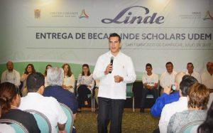 Entrega Alejandro Moreno Cárdenas becas del 100 por ciento a 40 jóvenes