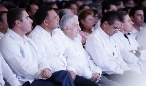 Asiste Arturo Núñez Jiménez al informe del Gobernador de Quintana Roo