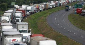 Bloquean carretera Xalapa-Perote, piden cierre de fábrica reciclados