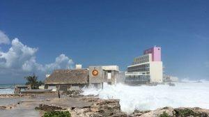 Cierran playas y suspenden actividad del transbordador por fuerte oleaje en Quintana Roo