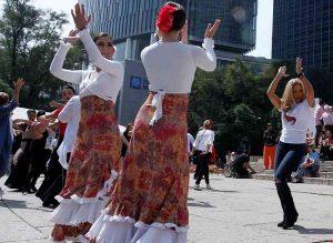 Bailan flamenco frente al Ángel de la Independencia