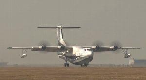 Primer avión anfibio de China realiza su vuelo inaugural