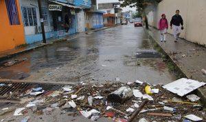 Retiraron cuadrillas de Centro toneladas de basura arrastrada por la lluvia hacia las rejillas