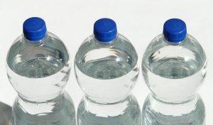 Estudio revela que agua embotellada está contaminada