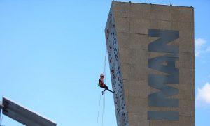 Estrena CDMX parque Imán, con pista de skatepark y muro de escalar