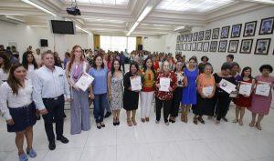 Entrega Casilda Ruiz reconocimiento del Ayuntamiento a mujeres destacadas de Centro