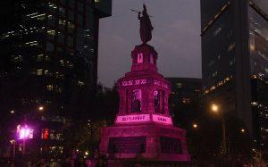 Ilumina GCDMX monumentos de morado por Día Internacional de la Mujer
