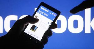 Facebook escanea conversaciones privadas