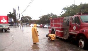 Atención emergente de Bomberos y Servicios Públicos para limpieza de rejillas por lluvias