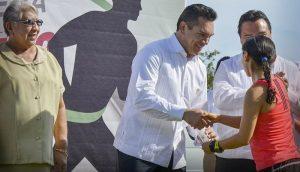 """Premia Alejandro Moreno Cárdenas a ganadores de la carrera del """"Día del Maestro"""" en Campeche"""