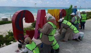 """Brindan mantenimiento a """"Parador Fotográfico Playa Delfines"""" en Cancún"""