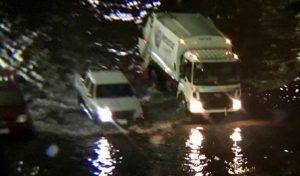 Hasta en sentido contrario circulan automóviles tras inundación en centro de Veracruz