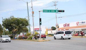 Prohibida vuelta a la izquierda sobre avenida Kabah con avenida La Luna en Cancún