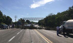 Bloquean por segundo día pescadores la carretera Frontera-Cd. del Carmen