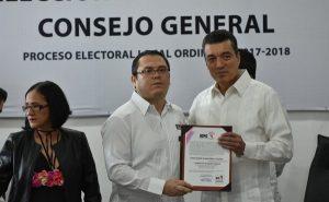 Entregan constancia de mayoría de gobernador electo en Chiapas a Rutilio Escandón
