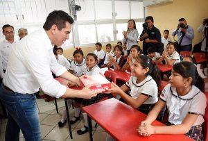 Entrego Alejandro Moreno Cárdenas útiles escolares a niños de primaria en Hopelchén