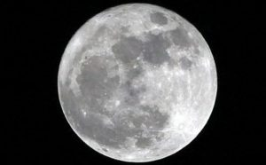 Existe agua en polos de la Luna: NASA