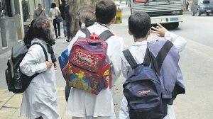 Exceso de peso en mochilas daña a los niños: IMSS