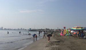 Disfrutan las playas de Veracruz antes de concluir las vacaciones de verano