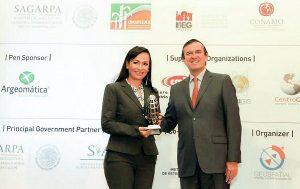 Recibe Laura Fernández premio por la modernización catastral de Puerto Morelos