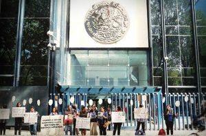 Burócratas buscan amparos contra reducción de salarios