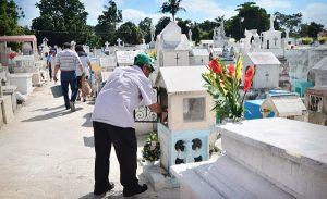 Visitan cementerios para recordar a difuntos en Campeche